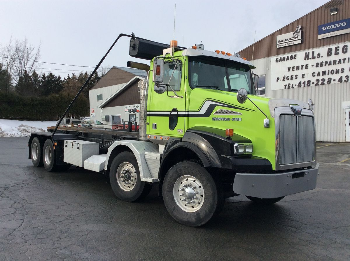 12-Wheel Roll-Off Truck (Container Carrier) #Stock: F1001 Brand: Western Star Model: 4900SA Year: 2010 Mileage: 696,186 Km. S / N: 5KKMALCV8APAL0770 Exterior Color: Green Engine: Mercedes 12.8L Power: 450 HP Engine Brake: Jacob Exhaust: Simple Air filter: Donaldson Transmission: RTLO16918B Axle Av .: (2) 18,000 Lbs Axles Ar .: 46,000 Lbs Traction: Full Lock Ratio: 4.30 Suspension: Air-Liner 46000 Lbs. Wheels: Aluminum Front tires: 315 / 80R22.5 Rear tires: 11R22.5 Cab *: Day-Cab Equipment: Complete instrumentation, Roll-Off system SAAQ Inspection: Valid June 2020.  Please note that we have two places where vehicles can be, either in Lévis or Saint-Georges. We suggest that you contact one of our experienced advisors to be informed of the geolocation of the vehicle before traveling.