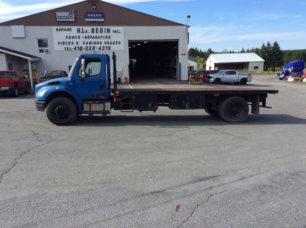 --- PLATFORM TRUCK FOR SMALL BUDGET ---  Stock #: M2134 - Mileage: 556,894 KM - Exterior Color: Blue - Doors: 2 doors - Engine: CAT 3126 - Power: 192 HP - Brakes: In Air - Jacob Engine Brake: Yes - Exhaust: Single - Transmission: 16 speeds - Front axle: 12,000 lbs - Rear axles: 21,000 lbs - Differential: Rockwell - Ratio: 4.11 - Suspension: Air liner - Cab: Day-cab - Wheels: Steel - Tires: 11R22.5 - Equipment: Platform 8.5 'Width x 20' Length - Wheelbase: 187 inches.  Please note that we have two places where vehicles can be, either in Lévis or Saint-Georges. We suggest that you contact one of our experienced advisors to be informed of the geolocation of the vehicle before traveling.
