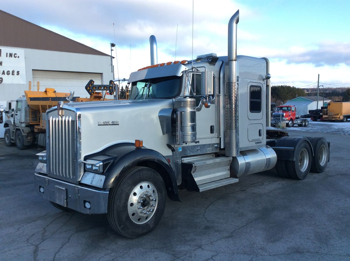 *** NEW ARRIVAL - IN PREPARATION ***  2015 KENWORTH W900L - Stock number: F1027 - Brand: KENWORTH - Model: W900L - Year: 2015 - Mileage: 831,640 km - Exterior color: Gray - Doors: 2 doors - Engine: Cummins ISX - Power: 550 hp - Brakes: Air - Axle spacing: 54 inches - Transmission: 18 Speeds - Front axle: 13,200 lbs - Rear axles: 46,000 lbs - Differential: RT46-164PEH - Ratio: 3.91 - Suspension: Air - Cab: Mid-Roof - Wheels: Aluminum - Tires: 11R24.5 - Wheelbase: 280 inches - Price on request only.  Note that we have two places where vehicles can be located, in Lévis or Saint-Georges. Please contact one of our advisers to be informed of the location of the vehicle before traveling.
