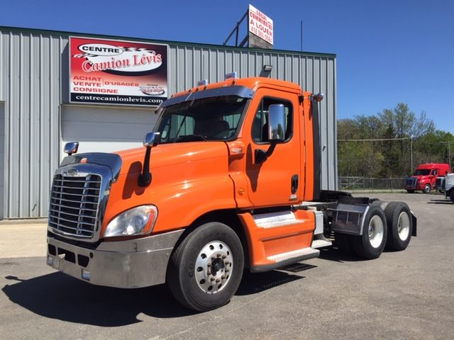 --- TRUCK DAY-CAB, IDEAL FOR SHORT DISTANCE TRANSPORT ---  2009 FREIGHLINER CASCADIA - Stock #: M2298 - Price on request only - Brand: Freightliner - Model: Cascadia - Year: 2009 - Mileage: 688,500 km - Orange color - Engine: Detroit DD15 - Power: 455HP - Jacob engine brake: Yes - Exhaust: simple - Filterer: Donaldson - Transmission: RTLO16913A - Front axle: 12,000 Lbs - Rear axles: 40,000 Lbs - Traction: 3/4 Lock - Ratio: 3.74 - Suspension: Air Liner - Front wheels: aluminum - AR wheels: steel - Tires: 275 / 75R22.5 - Cabin: Day-Cab - Equipment: CB radio, fifth-wheel adjustable, complete instrumentation - SAAQ Inspection: Valid February 2020 - Price on request only  Please note that we have two places where vehicles can be, either in Lévis or Saint-Georges. We suggest that you contact one of our experienced advisors to be informed of the geolocation of the vehicle before traveling.
